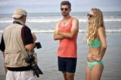 工作在海滩的赞成摄影师 免版税库存照片