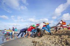 工作在海滩的Fisher人在长的海氏鱼市附近 库存照片