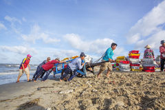 工作在海滩的Fisher人在长的海氏鱼市附近 免版税库存照片