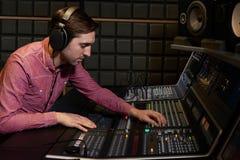 工作在混合的书桌的工程师在录音室 免版税图库摄影