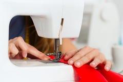 工作在演播室的时装设计师或裁缝 免版税库存照片