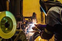 工作在焊接技巧  (汽车制造业) 图库摄影