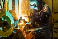 工作在焊接技巧  (汽车制造业) 库存照片