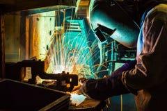 工作在焊接技巧  (汽车制造业) 库存图片