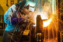工作在焊接技巧  (汽车制造业) 免版税库存图片