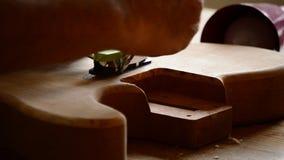 工作在爵士乐电吉他的Luthier工匠在工作场所 股票录像