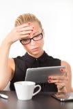 工作在片剂个人计算机的女商人 免版税库存图片