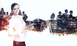 工作在片剂的可爱的企业夫人 混合画法 免版税库存图片
