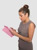 工作在片剂的女商人 免版税库存图片