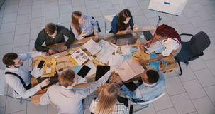 工作在现代办公室的顶视图小组专业商人,年轻黑女性领导作指示 影视素材