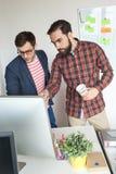工作在现代办公室的两个人队  免版税库存照片