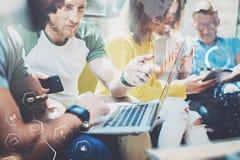 工作在现代办公室的年轻企业家人民 数字式图,图表的概念连接,虚屏 库存图片