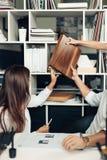 工作在现代办公室的年轻设计师夫妇  免版税库存图片