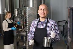 工作在现代啤酒厂的人 免版税图库摄影