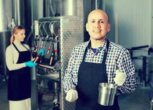 工作在现代啤酒厂的人 免版税库存照片