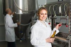工作在现代啤酒厂的妇女 库存照片