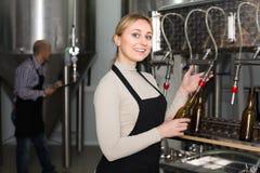 工作在现代啤酒厂的妇女 免版税库存照片