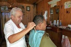 工作在理发店的美发师 免版税图库摄影