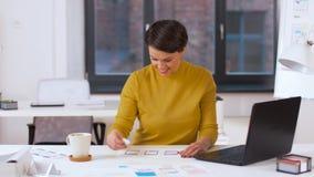 工作在用户界面的创造性的妇女在办公室 影视素材