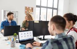 工作在用户界面的创造性的队在办公室 库存照片