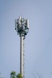 工作在电信塔的人 免版税库存照片