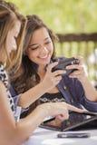 工作在电子设备的混合的族种女孩 库存图片