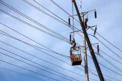 工作在电杆的电工 免版税库存照片
