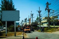 工作在电源杆的电工,充满复杂通信线路 复制空间 免版税库存照片