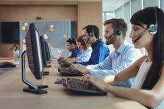 工作在电话中心的企业同事 免版税库存照片