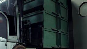 工作在电铲车的人拿走箱子从棚架在仓库里 股票视频