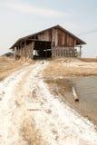 工作在盐堆的农夫在ThailandHUAHIN,泰国- 2008年5月13日:未认出的人民在盐农场运载盐在Huahin, 免版税库存照片