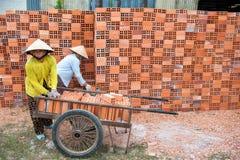 工作在砖砌的越南妇女 免版税图库摄影