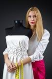 工作在礼服的妇女裁缝 免版税库存照片