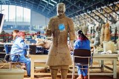 工作在秦始皇兵马俑的挖掘的考古学家 库存图片