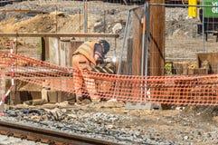 工作在站点的建筑工人 免版税库存图片