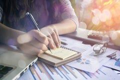 工作在笔记本的企业队 免版税库存图片