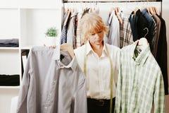 工作在缝合的妇女 免版税库存图片