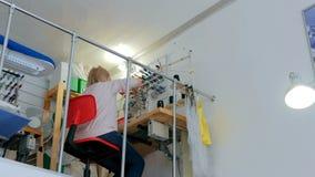 工作在缝合的演播室的专业时装设计师 库存照片