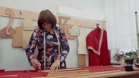 工作在缝纫机的妇女裁缝在演播室 股票视频