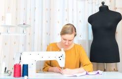 工作在缝纫机的妇女 库存照片