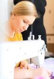 工作在缝纫机的妇女 免版税图库摄影