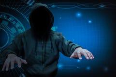 工作在网络罪行概念的互联网上的黑客 免版税库存图片