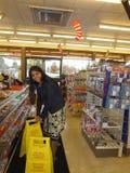 工作在美国便利商店里面 免版税库存照片