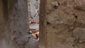 工作在老村庄开掘的考古学家,解决问题,挖掘站点 影视素材
