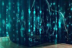 工作在膝上型计算机、编程的臭虫和病毒的计算机黑客 库存图片