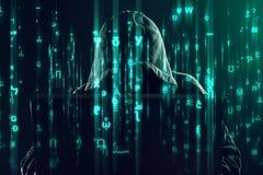 工作在膝上型计算机、编程的臭虫和病毒的计算机黑客 免版税库存照片