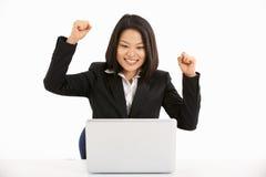 工作在膝上型计算机和著名人士的中国女实业家 免版税库存图片