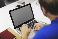工作在膝上型计算机拷贝空间的起始的商人 库存照片