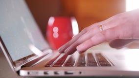 工作在膝上型计算机旁边的人 轻拍在键盘 股票录像