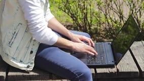 工作在膝上型计算机的人自由职业者 特写镜头 股票视频